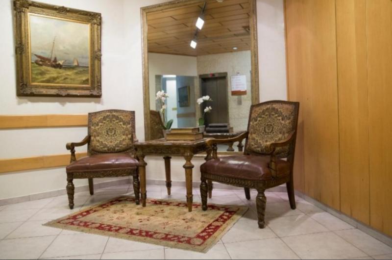 מרפסת מרווחת עם פינות ישיבה נעימות בדיור מוגן בתל אביב