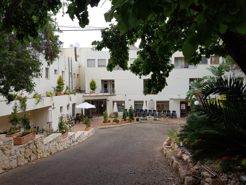 חצר ירוקה ומטופחת בבית אבות בחיפה