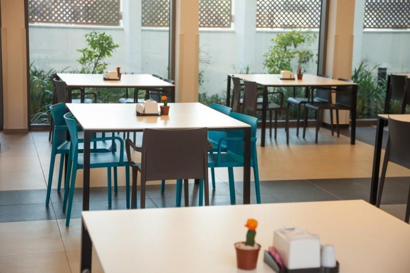 חדר אוכל רחב ומפואר בהרמוניה