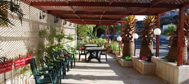 חצר ירוקה ופורחת בדיור מוגן בירושלים