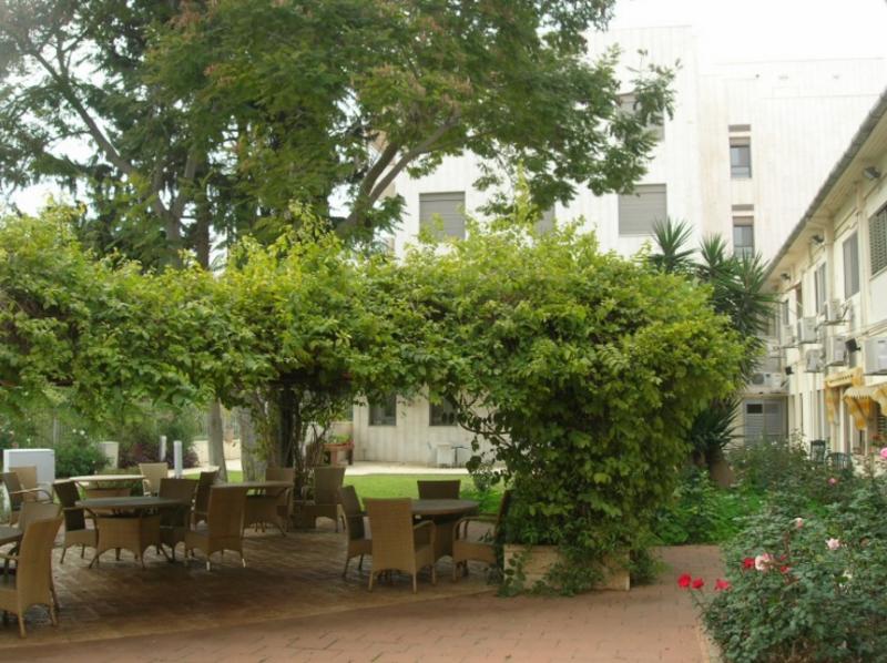 חצר מטופחת בבית אבות ברמת גן